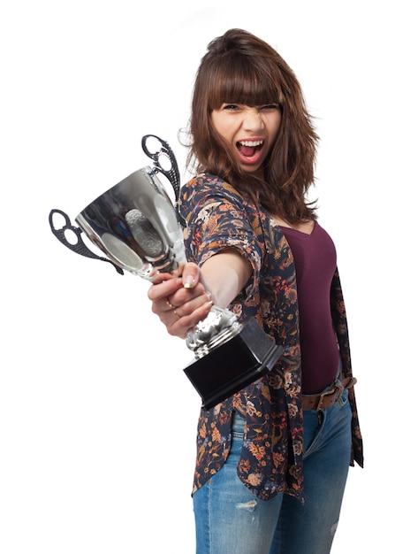 Femme crier avec un trophée à la main Photo gratuit