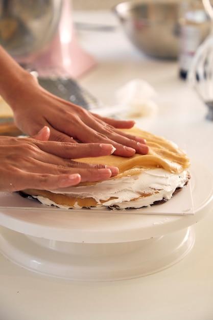 Femme cuisine en cuisine Photo Premium