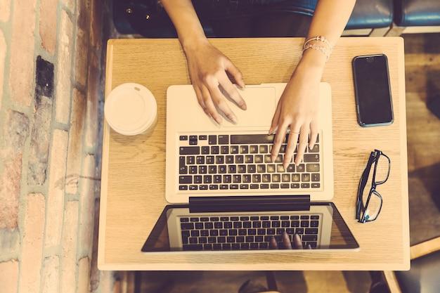 Femme, dactylographie, clavier informatique, café Photo Premium