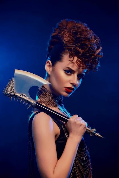 Femme Dangereuse Avec Une Hache Pointue Photo Premium