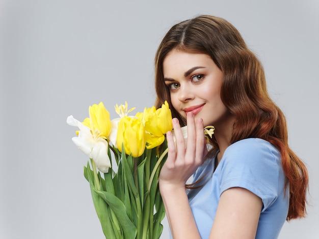 Femme Dans Une Belle Robe à Fleurs Le 8 Mars, Fleurs Cadeaux Fond Clair Saint Valentin Photo Premium