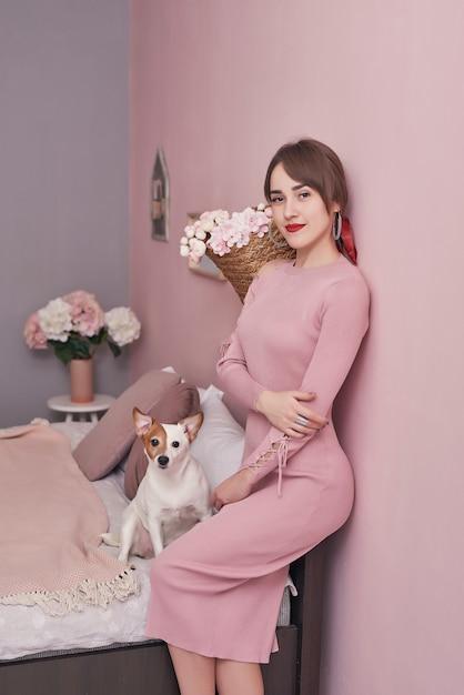 Femme Dans La Chambre. Matin Confortable. Femme, Chien, Maison Photo Premium