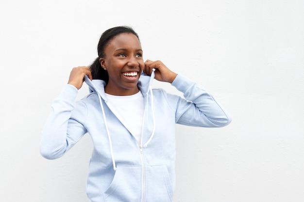 Femme, dans, confortable, capuche, regarder, rire Photo Premium