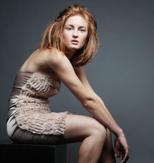 Femme, dans, élégant, robe, projectile studio Photo Premium