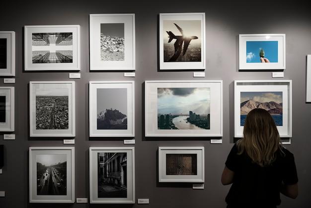 Femme dans une exposition d'art Photo gratuit