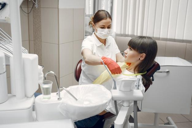Femme Dans Un Fauteuil Dentaire.fille Est Examinée Par Un Dentiste.la Beauté Traite Ses Dents Photo gratuit