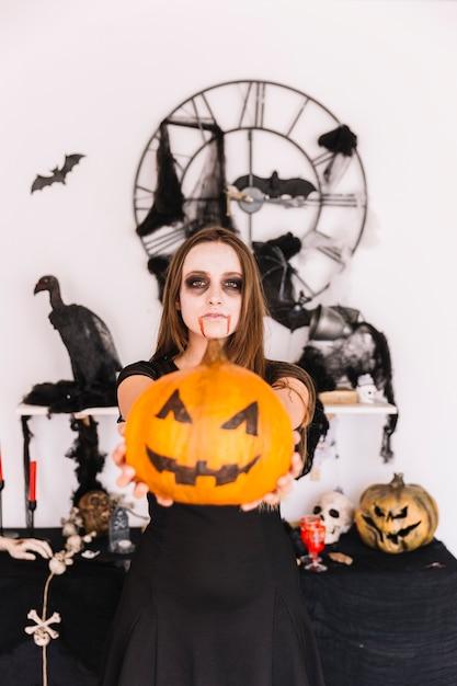 Femme, dans, halloween, décoré, endroit, à, citrouille Photo gratuit