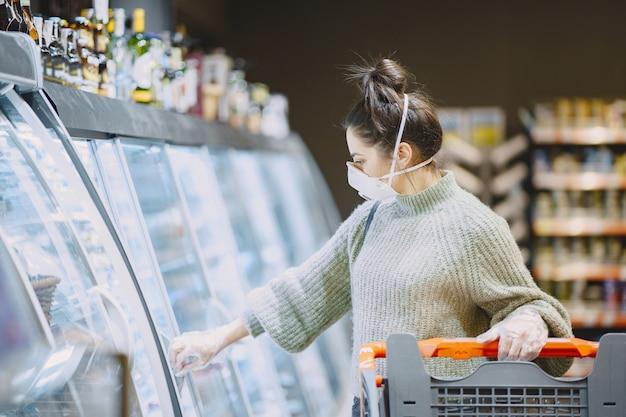 Femme Dans Un Masque De Protection Dans Un Supermarché Photo gratuit