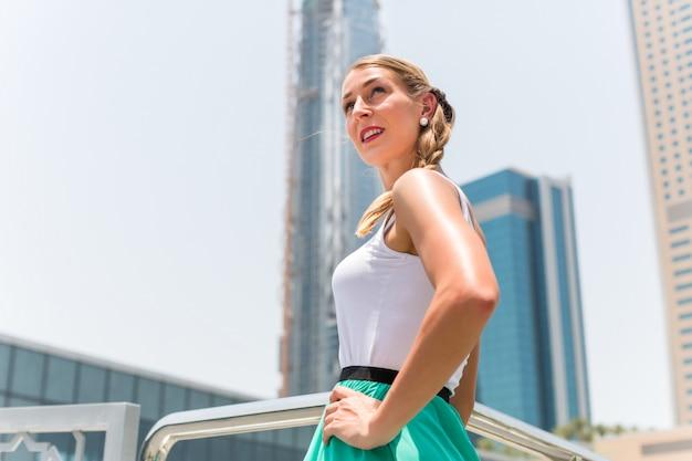 Femme dans la métropole de dubaï Photo Premium