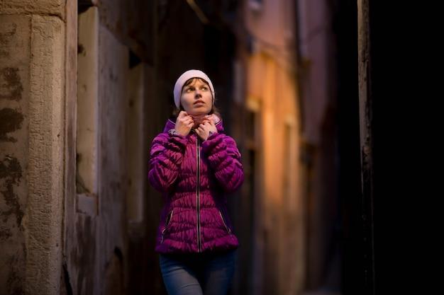 Femme dans le milieu de la rue à l'abri Photo gratuit