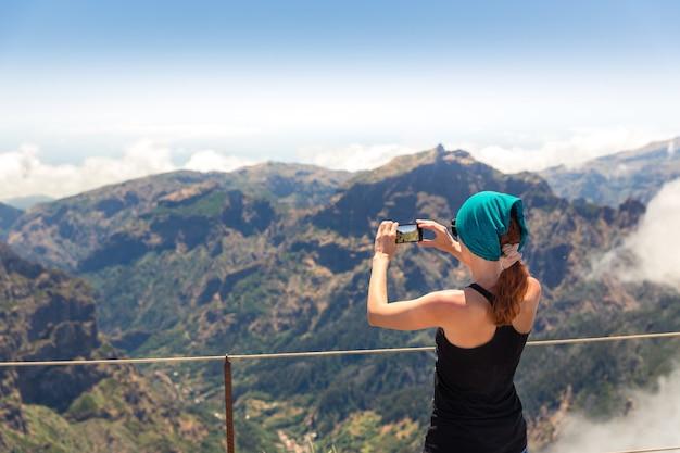 Femme Dans Les Montagnes Photo Premium