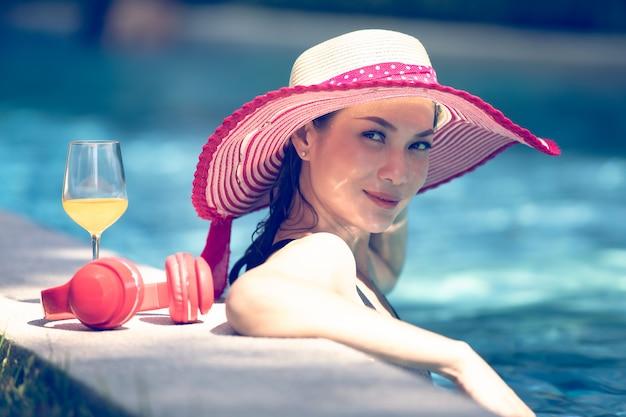 Femme dans piscine Photo Premium