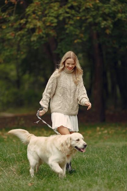 Femme Dans Un Pull Marron. Dame Avec Un Labrador Photo gratuit