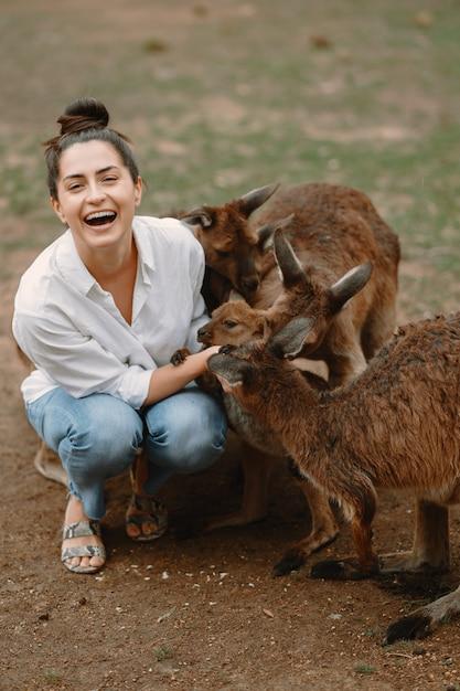 Femme Dans La Réserve Joue Avec Un Kangourou Photo gratuit