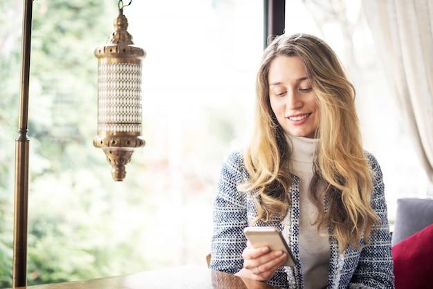 Femme dans un restaurant asiatique lors d'un déjeuner d'affaires Photo Premium