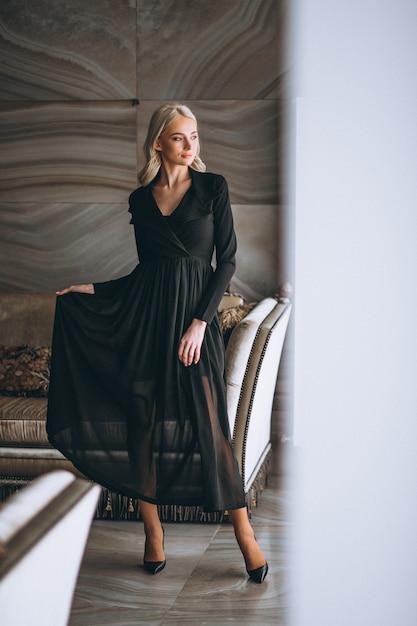 Femme dans une robe noire fantaisie Photo gratuit