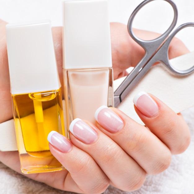 Femme Dans Un Salon De Manucure Recevant Une Manucure Par Une Esthéticienne. Concept De Traitement De Beauté. Photo gratuit
