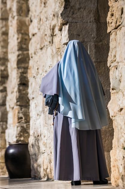 Femme Dans La Vieille Ville De Jérusalem Photo Premium