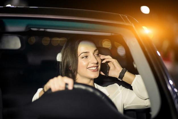 Femme dans une voiture Photo gratuit