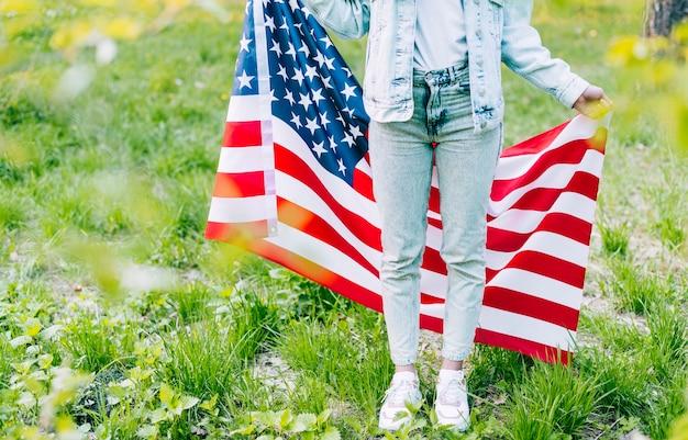 Femme, debout, à, drapeau américain Photo gratuit