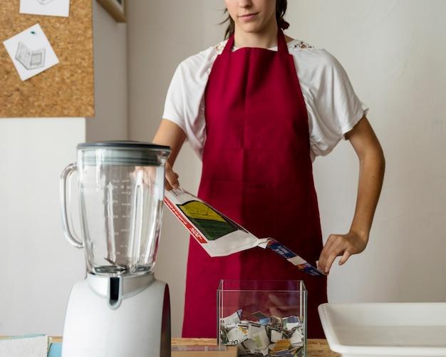 Femme, déchirer, papier, mélangeur, bureau Photo gratuit
