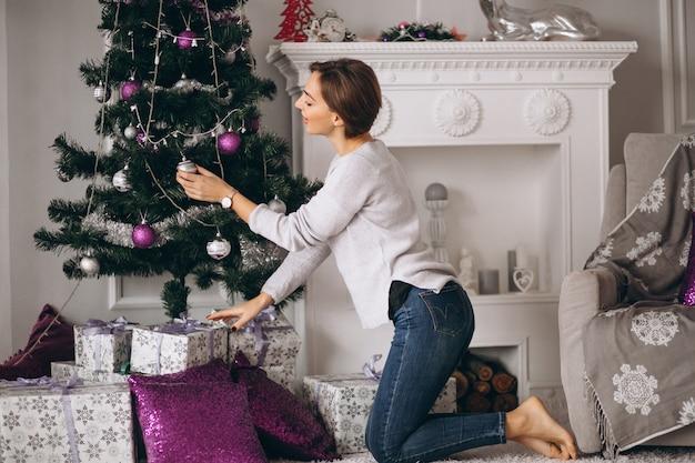 Femme, décoration, arbre noël Photo gratuit