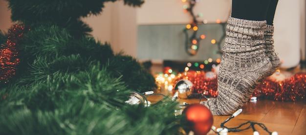 Femme, décorer, noël, arbre Photo Premium
