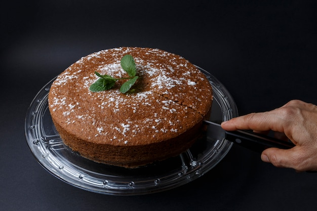 Femme, découpage, chocolat, gâteau, sucre, décoration, couteau Photo Premium