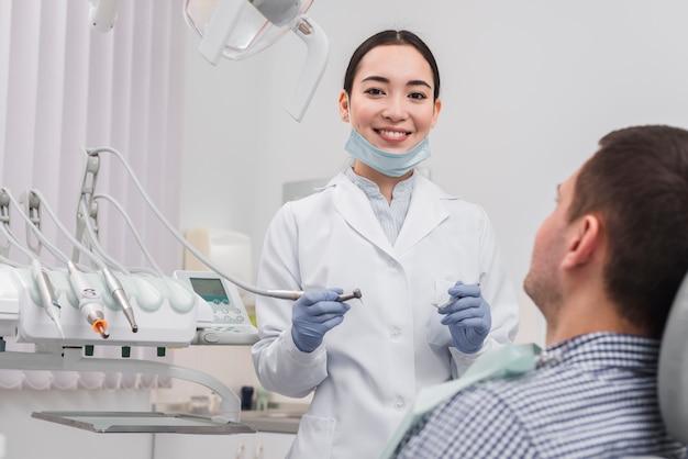 Femme dentiste avec patiente Photo gratuit