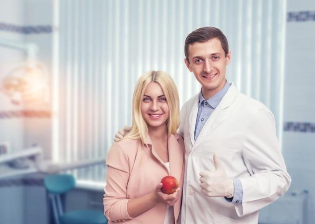 Femme Avec Un Dentiste Photo Premium