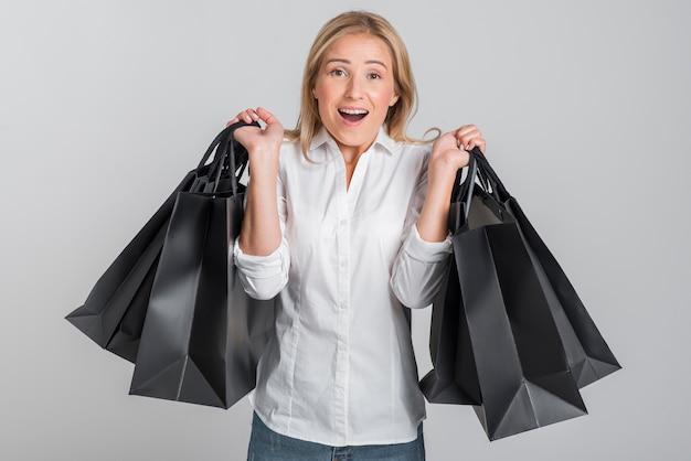 Femme Dépassée Par La Quantité De Sacs Qu'elle Tient Photo gratuit