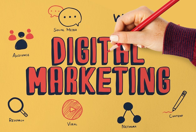 Femme dessinant un plan marketing digital sur un tableau Photo Premium
