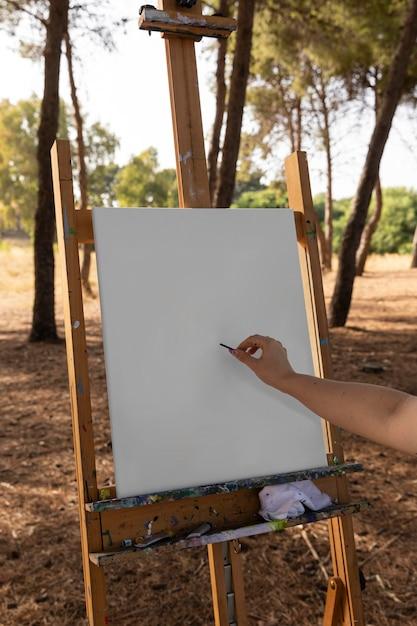 Femme Dessinant Sur Toile Avant De Peindre Photo Premium