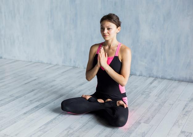 Femme détendue contemplant dans une posture de lotus Photo gratuit