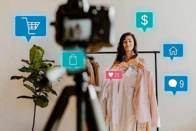 Femme En Direct Pour La Campagne D'achat En Ligne Photo gratuit