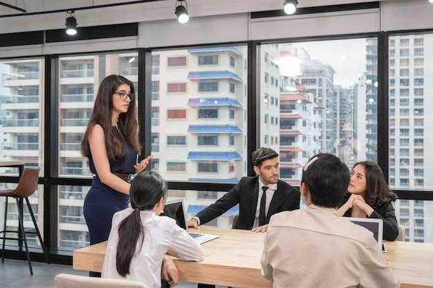 Femme De Direction Avec Réunion De Collègue Du Plan D'affaires à La Table De Conférence Dans Un Bureau Moderne Photo Premium
