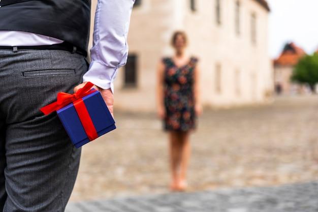 Femme à distance et cadeau Photo gratuit