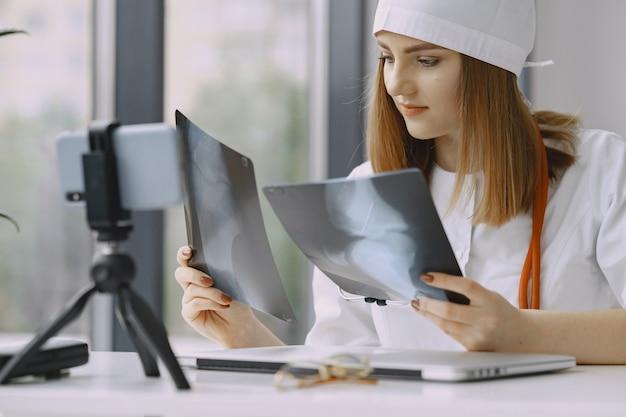 Femme, Docteur, Enregistrement, Vlog, Vidéo, Medicin Photo gratuit