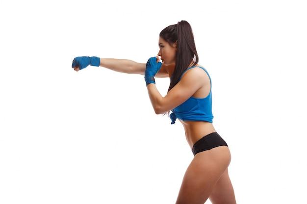 Femme donnant un coup de poing sur le côté Photo gratuit