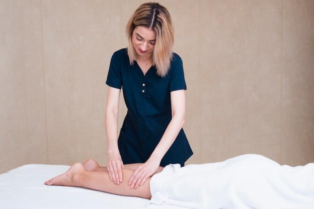 Femme, Donner, Massage Pied, à, Spa Photo gratuit