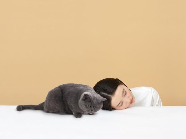 Femme Dormant Avec Le Chat Photo Premium