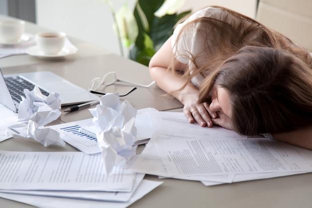 Femme, dormir, bureau, couvert, froissé, papiers Photo gratuit