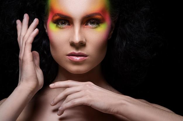 Femme Avec Du Maquillage Coloré Photo gratuit