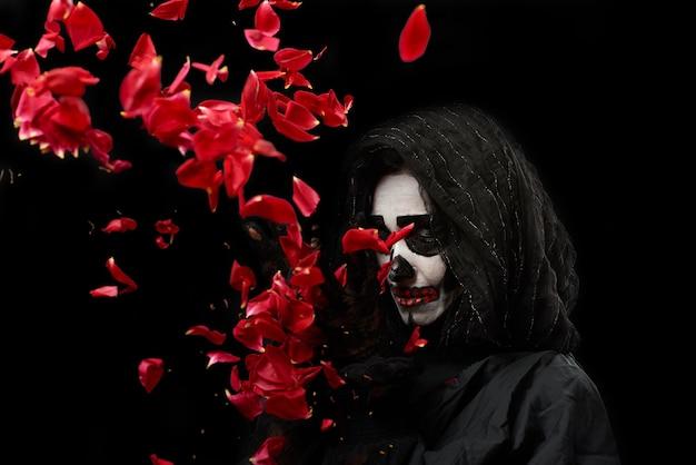 Femme Avec Du Maquillage Squelette Dans Un Manteau Noir Photo Premium