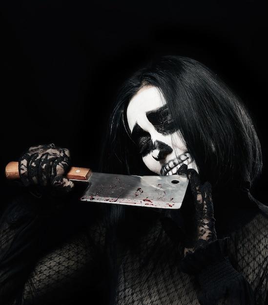 Femme Avec Du Maquillage Squelette Dans Une Robe Photo Premium