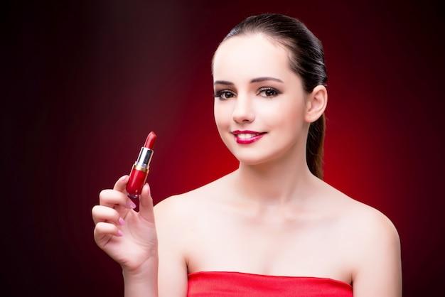 Femme avec du rouge à lèvres dans le concept de beauté Photo Premium