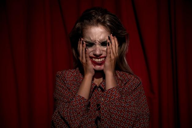 Femme avec du sang de maquillage sur son visage en pleurs Photo gratuit