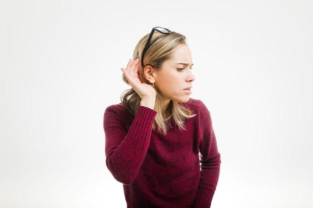 Femme écoutant Photo gratuit