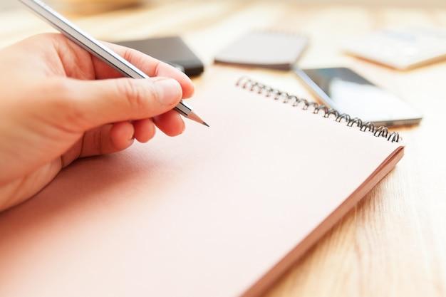 Femme écrivant dans le bloc-notes Photo Premium