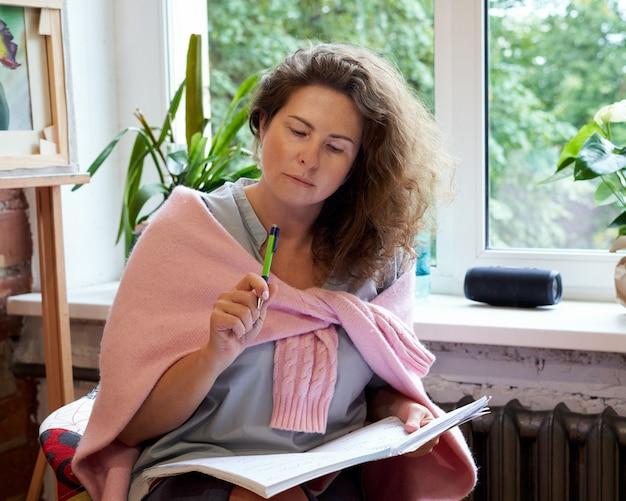 Femme écrivant Dans Un Cahier, Journée De Planification Dans Le Journal. Photo Premium